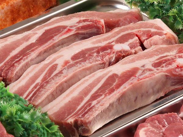 Thịt cần được bọc bằng màn bọc thực phẩm và để tách biệt với các thực phẩm khác
