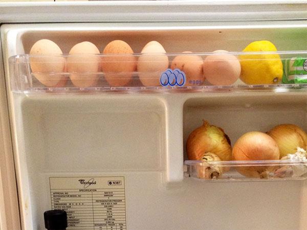 Ngăn đựng trứng thường thấy ở phía trên cùng cửa tủ