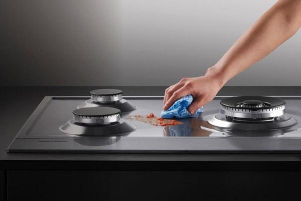Các loại bếp có bề mặt kính và phẳng thường dễ lau chùi hơn