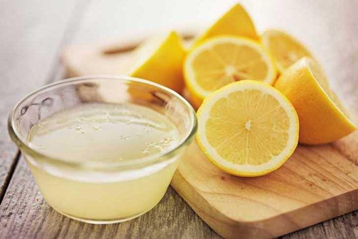 Sử dụng nước cốt chanh chà xát vào vết bẩn