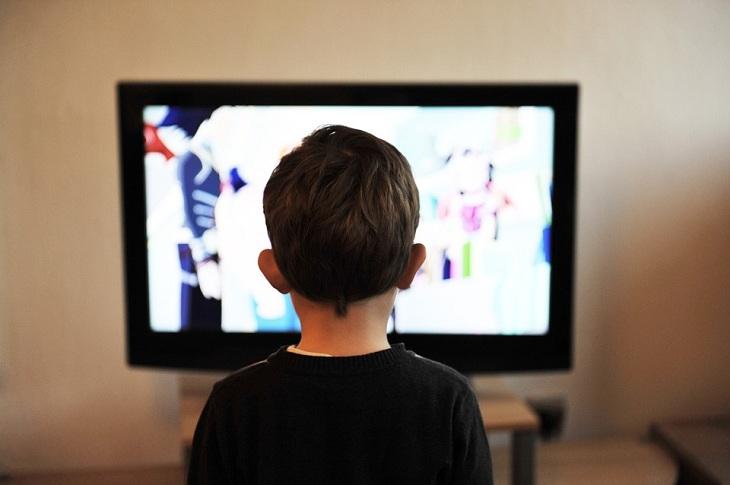 Xem tivi nhiều sẽ gây cận thị là không đúng