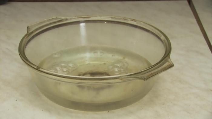 Dùng nước rửa chén vệ sinh lò vi sóng