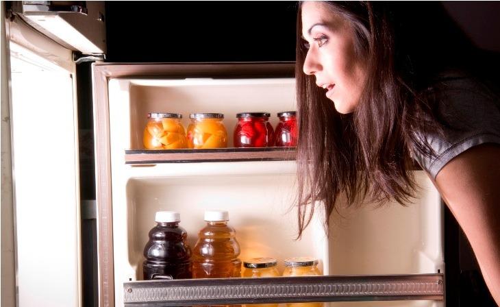Mở tủ lạnh quá lâu cũng khiến tủ lạnh không lạnh