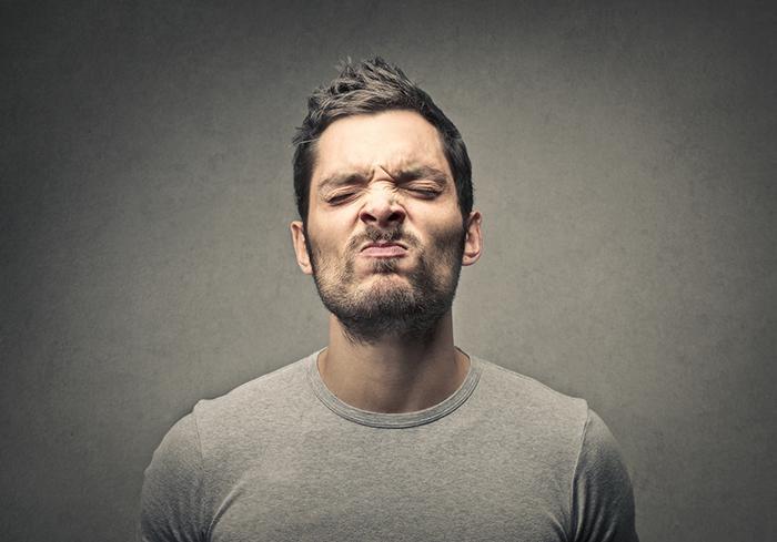Mùi lạ do máy lạnh phát ra có thể do mùi của đồ dùng trong phòng
