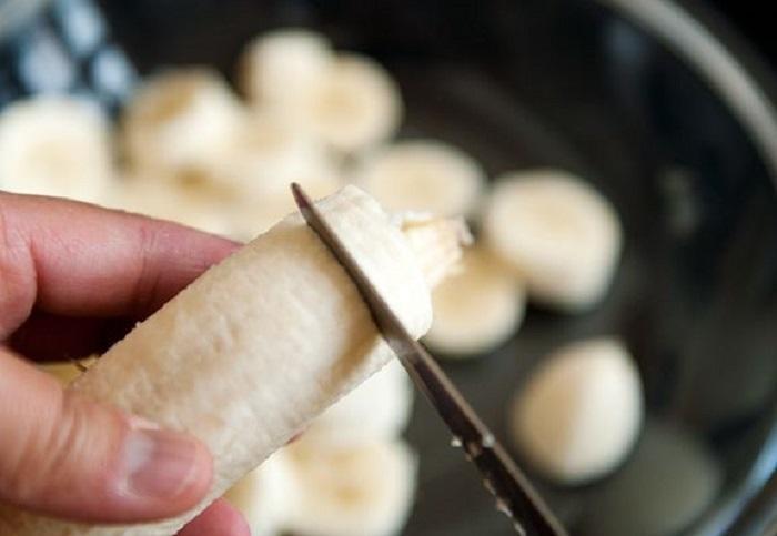 Với chuối tiêu, bạn nên chọn những quả chuối chín hơi mềm sau đó bóc sạch vỏ chuối rồi cắt thành những khoanh nhỏ có độ dày khoảng 1cm.