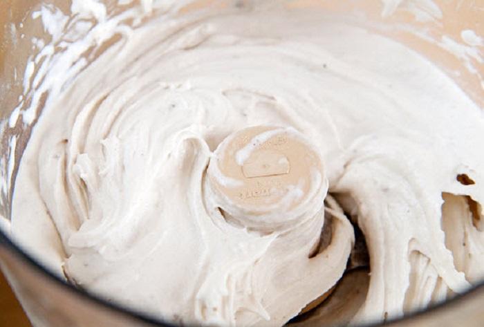 Dienmay.com mách bạn nên dùng máy xay có chức năng xay thịt để xay cho dễ và cho thêm một chút sữa tươi vào cối xay để có thể xay nát dễ dàng hơn. Lúc này, bạn dùng muỗng vét quanh thành cối xay để hỗn hợp có thể trộn đều hơn nhé.