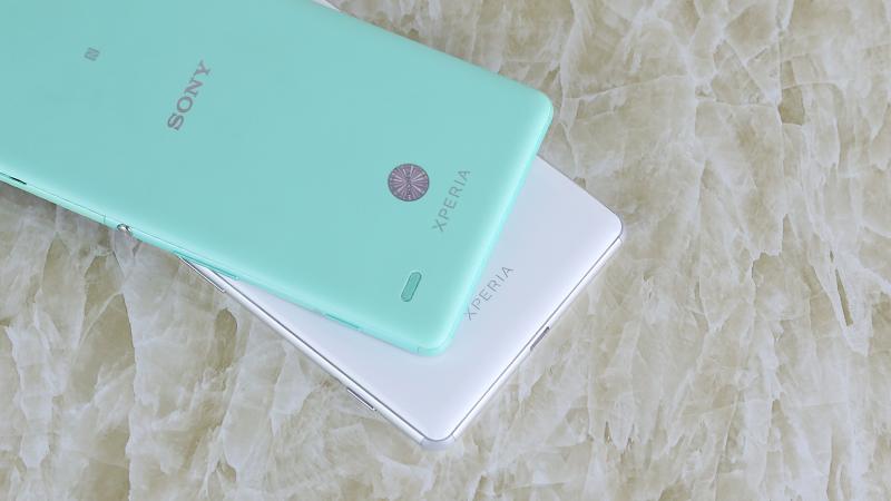 So sánh mặt lưng Sony Xperia C4 và Sony Xperia C5