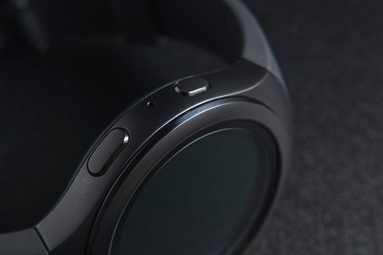 Gear S2 Sport còn được trang bị thêm 2 nút bấm vật lý bên phải máy