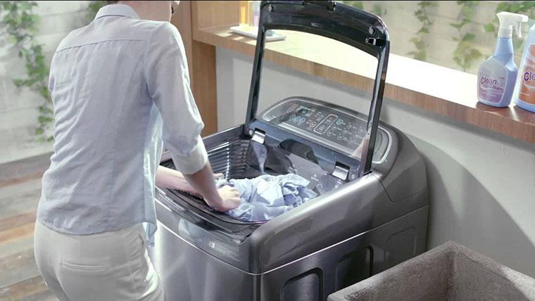 Cân nhắc lượng quần áo khi cho vào máy giặt