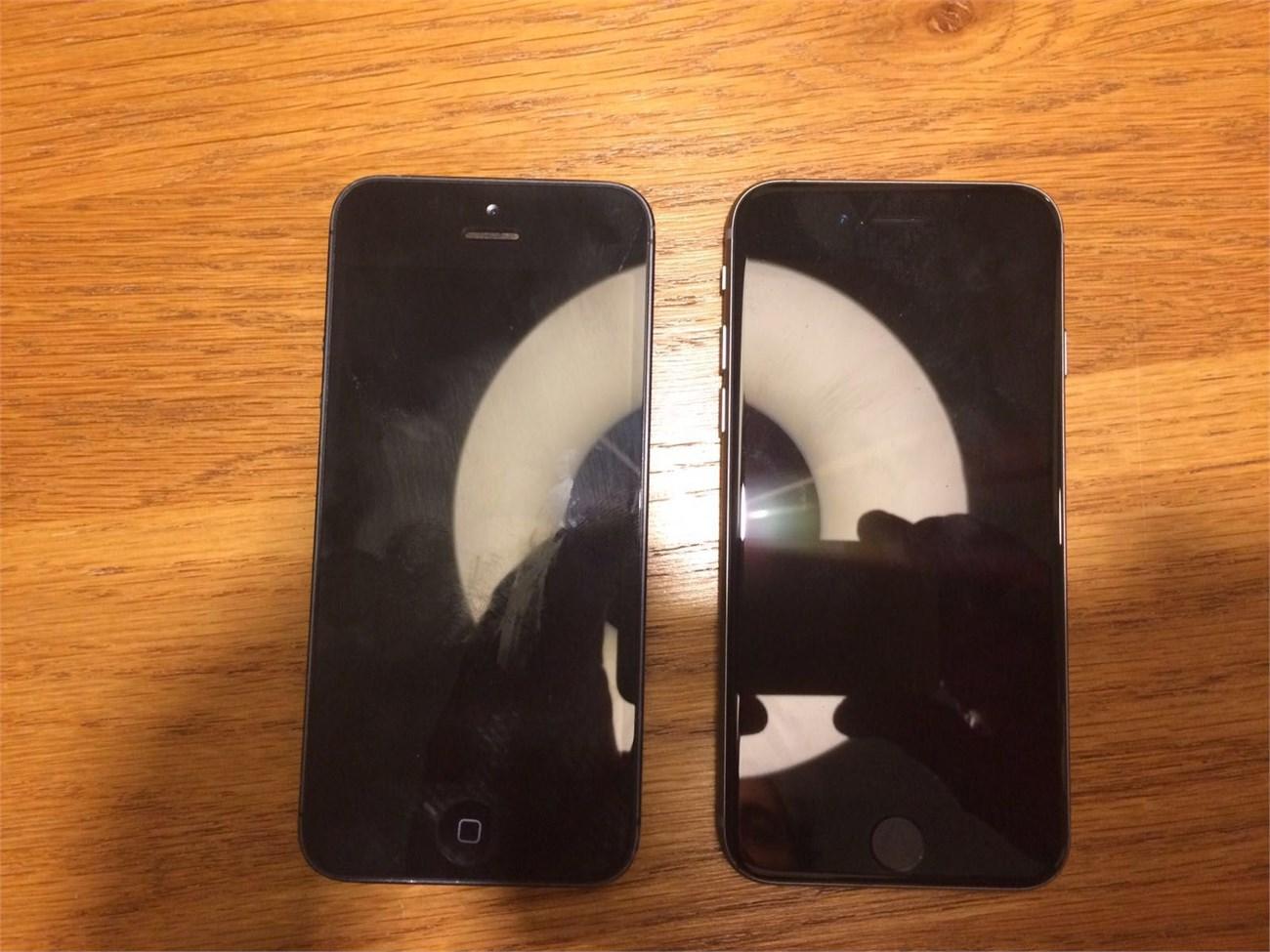 iPhone 5SE (phải) bên cạnh iPhone 5 (trái)
