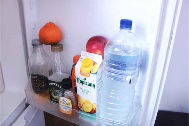 Không bao giờ được để các thực phẩm dễ bị ảnh hưởng bởi nhiệt độ như sữa, thịt sống,… ở ngăn đựng trên cửa