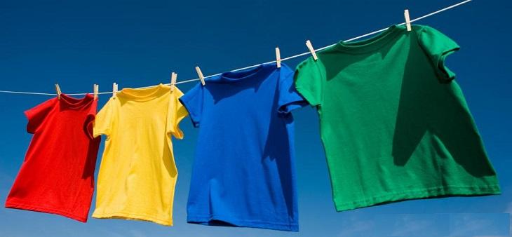 Khi phơi áo quần, hãy dùng mắc (móc) áo quần và kẹp nhựa hoặc gỗ
