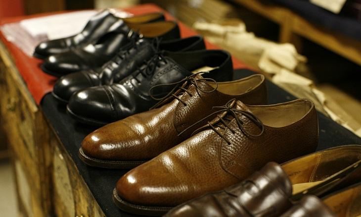 Bạn nên kiểm tra kỹ các nhãn trên đôi giày để biết được nó có thể giặt bằng máy được không