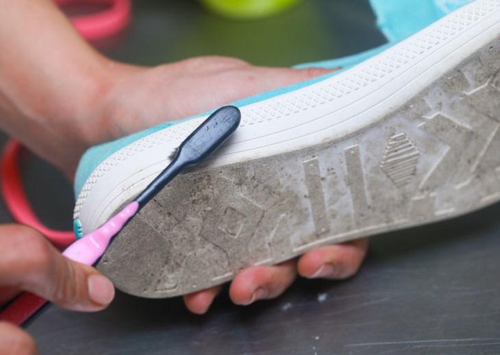 Nếu nhãn cho biết đôi giày của bạn không thể làm sạch hoàn toàn, hãy dùng chiếc bàn chải cũ