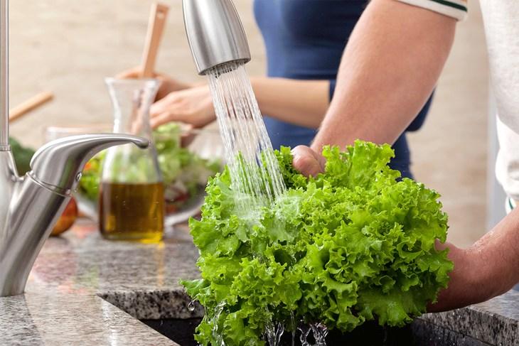 Không nên rửa rau trước khi cho vào tủ lạnh