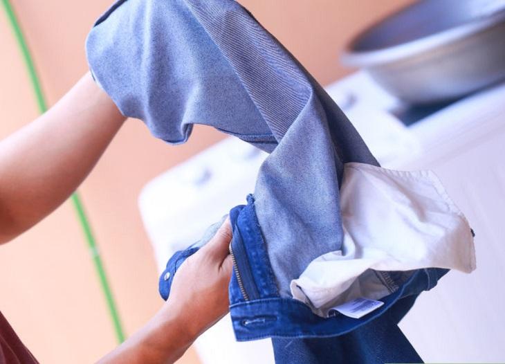 Một trong những sai lầm thường thấy nhất có thể dẫn đến sự phai màu của quần jeans chính là người sử dụng không lật ngược quần jeans lại