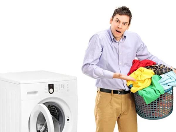 chưa bỏ hết quần áo cần giặt vào trong máy