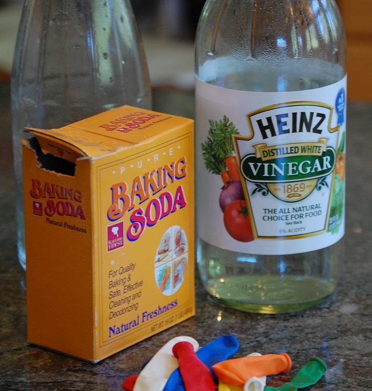 pha hỗn hợp giấm và banking soda để tẩy rửa