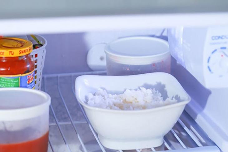 để cơm nguội trong tủ lạnh