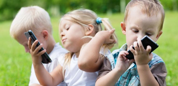 Cách bảo vệ mắt của trẻ nhỏ khi cho trẻ sử dụng smartphone