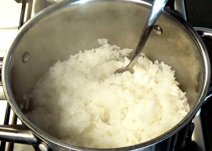 Chữa cơm sống bằng cách nấu lại với rượu trên lửa nhỏ