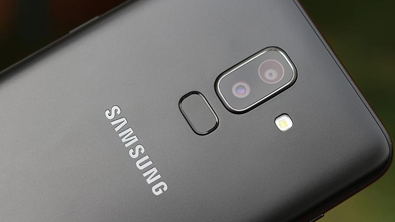 Cụm camera kép mặt sau của điện thoại Samsung Galaxy J8