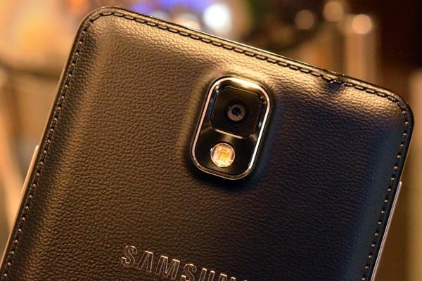 Camera 13 chấm cùng đèn Flash ở mặt sau Note 3