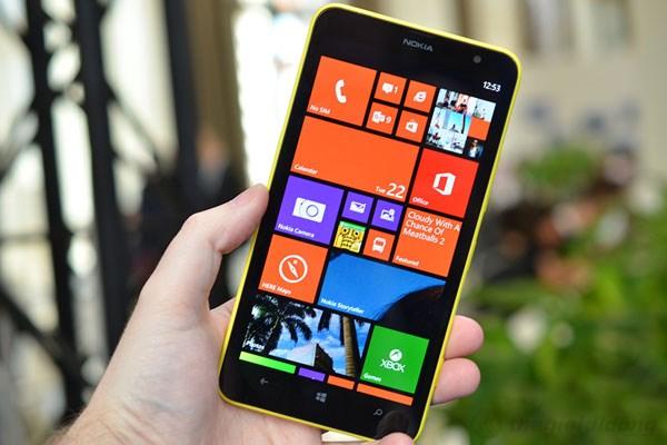 Dù màn hình Lumia 1320 đến 6 inch nhưng cảm giác cầm vẫn khá vừa tay