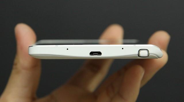 Lỗ cắm bút cảm ứng S-Pen được đặt ở cạnh đáy và gần góc bên phải, bố trí thêm cổng sạc MicroUSB và 2 micro