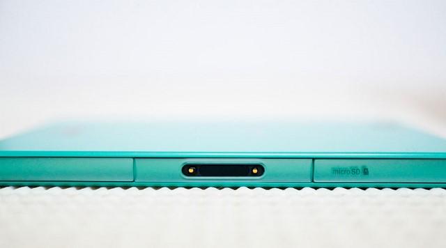 …và chân cắm sạc – thiết kế truyền thống trên các sản phẩm chống nước của Sony