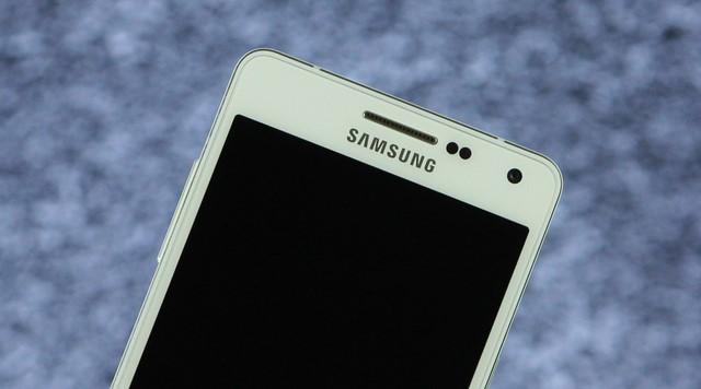 Phần trên mặt trước bao gồm camera 5MP với ống kính rộng, cụm cảm biến, loa đàm thoại và logo Samsung