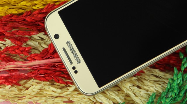 Phía trên là vị trí camera trước 5MP, cụm cảm biến, loa đàm thoại cùng với logo Samsung