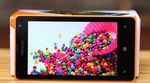 """Microsoft Lumia 435 được trang bị màn hình cảm ứng đa điểm điện dung WVGA LCD 4.0"""" 16 triệu màu, độ phân giải 800 x 480 pixels, mật độ điểm ảnh 233 PPI"""