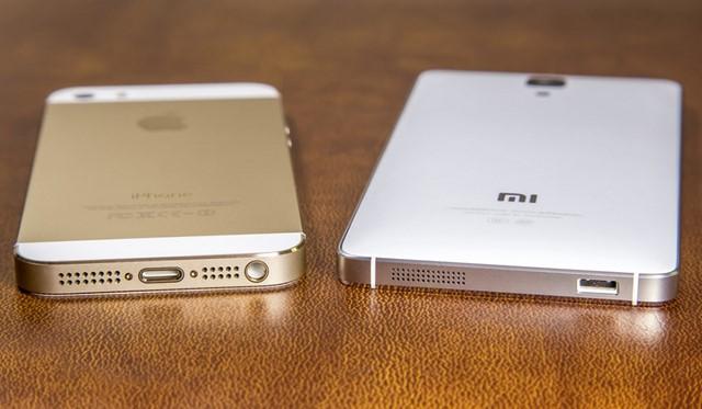 Từ thiết kế đến gia công không hề thua kém chất lượng trêm iPhone 5s (bên trái)