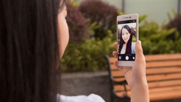 Camera trước cũng khá ấn tượng 8MP cho ảnh chụp selfie đẹp hơn, chat voice với bạn bè hấp dẫn, sinh động hơn.