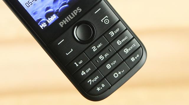 Điểm nhấn của máy nằm ở phần hoạ tiết xước phay ngang ngay tại bàn phím