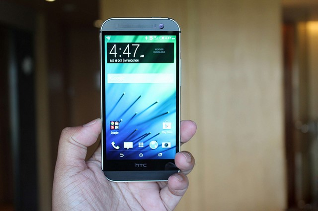 Phía dưới màn hình HTC dành một khoảng trống khá lớn để riêng LOGO HTC, trong khi đó các phím điều hướng lại được để bên trong màn hình