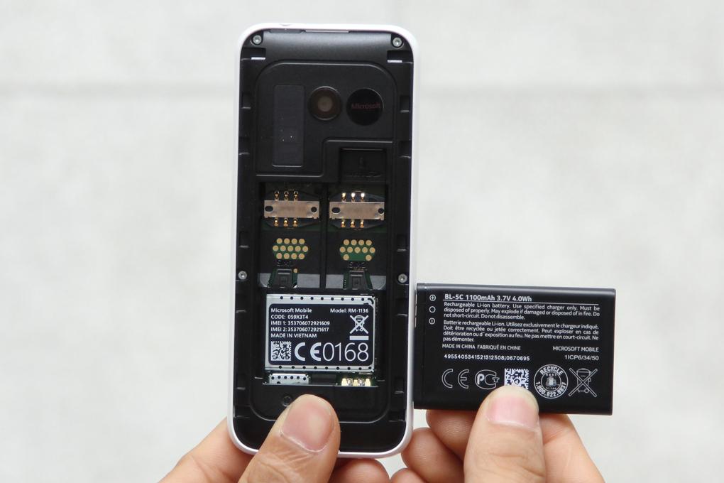 Máy có pin dung lượng 1100 mAh, sử dụng 2 sim và thẻ nhớ mở rộng tối đa 32 GB
