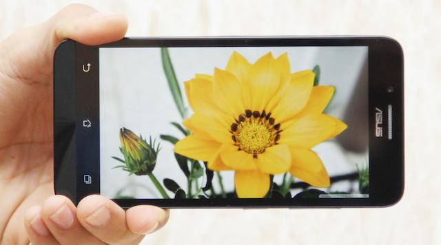Máy có màn hình 5 inch, độ phân giải HD cho hình ảnh nét hơn, công nghệ IPS LCD giúp bạn có góc nhìn xung quanh rộng, không bị mất màu