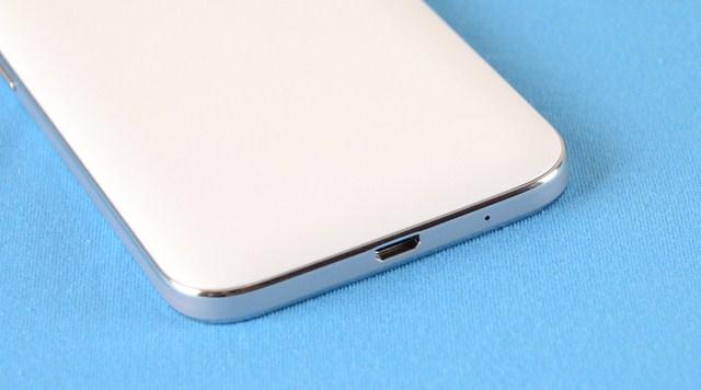 Mic đàm thoại và cổng micro USB năm ở cạnh dưới của máy