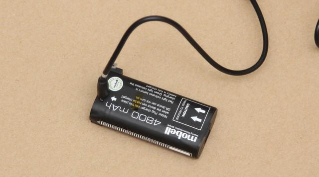 Bạn có thể sạc đầy cho pin ngay trên chiếc điện thoại hoặc tháo rời ra và sạc vào pin giống như trên hình