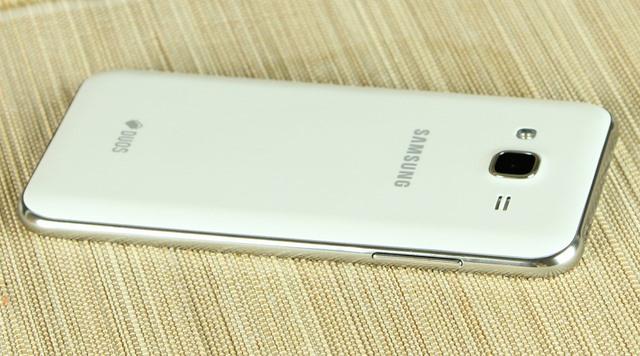 Mặt lưng của máy có bố trí camera sau và logo Samsung