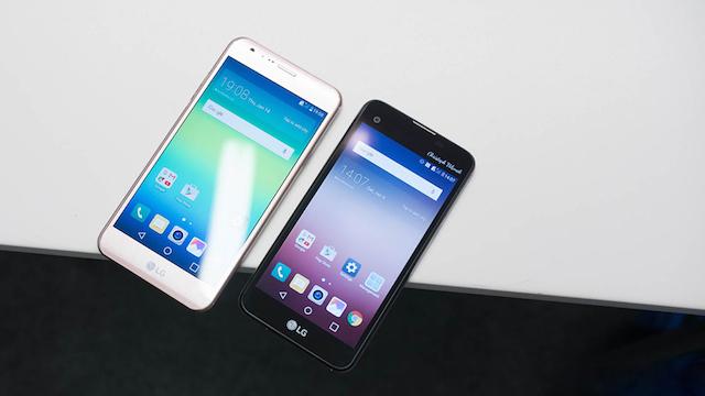 LG X Screen (bên phải) được trang bị viên pin 2300 mAh, bạn có khoảng dưới 5 giờ xem video