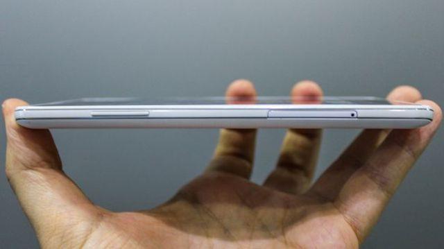 LG X Power - Khe cắm thẻ nhớ và thẻ sim cùng nút tăng giảm âm lượng được thiết kế bên cạnh trái
