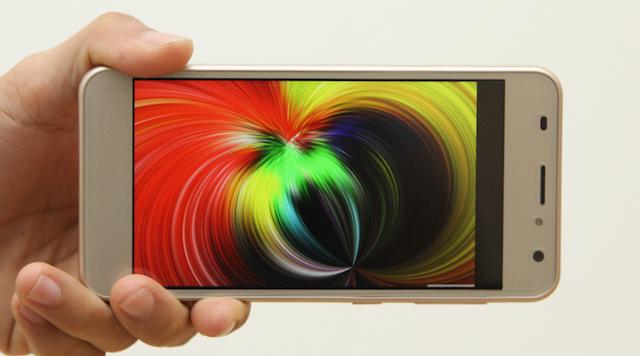 Màn hình có độ phân giải HD 720 x 1280 pixels, mép viền màn hình được làm cong 2.5 D tạo nên sự liền mạch hơn