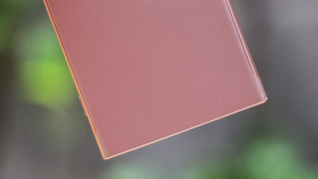 Mặt lưng bằng nhựa được phủ lớp sơn như kim loại