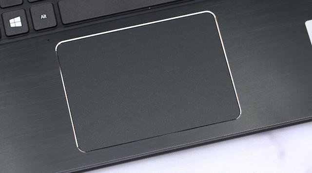 Touchpad hỗ trợ cảm ứng đa điểm, bề mặt mịn, rộng rãi