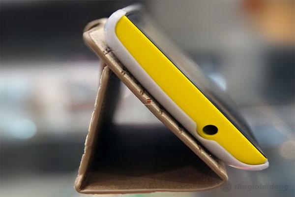 Ốp lưng Lumia 520 tạo thế đứng khá hoàn hảo cho góc nhìn thuận lợi