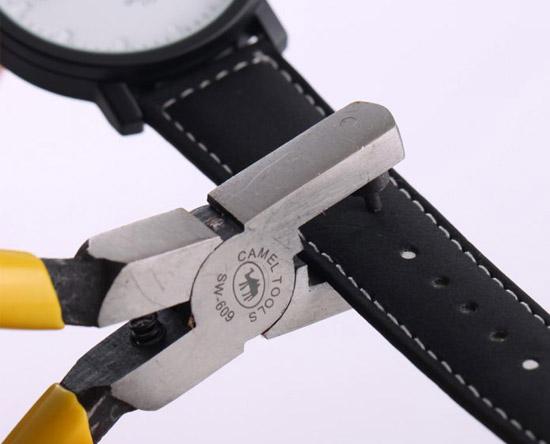 bấm một lỗ trên dây đồng hồ