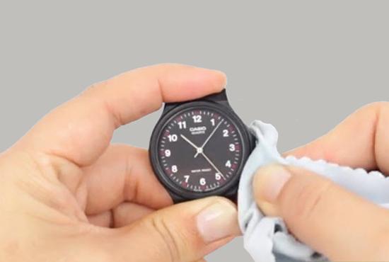 Bạn có thể sử dụng khăn vải mềm hoặc bông ngoáy tai để làm sạch mặt đồng hồ. Bạn hãy làm ẩm khăn vải bằng hỗ hợp nước trên, sau đó lau nhẹ lên mặt số tránh làm trầy xước mặt đồng hồ.